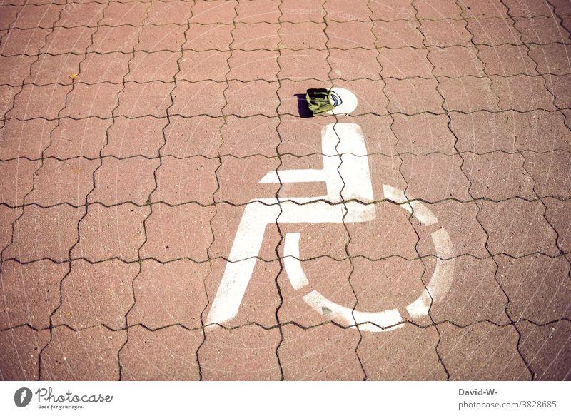 Rollstuhlfahrer Symbol mit Atemschutzmaske / coronavirus Maskenpflicht körperliche Einschränkung Behindertenparkplatz Behindertengerecht pandemie schützen