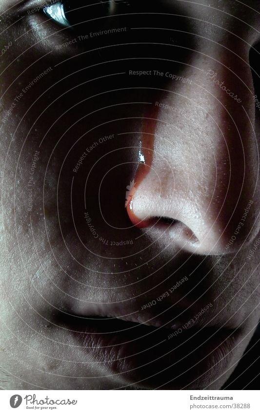 Blutträne Mann Gesicht dunkel Nase Blut
