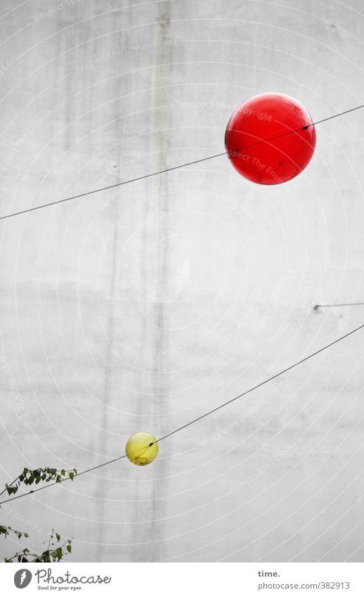 Kinderbelustigung Stadt rot Freude gelb Wand Mauer grau außergewöhnlich fliegen Design Dekoration & Verzierung Perspektive rund Idee Netzwerk Konzentration