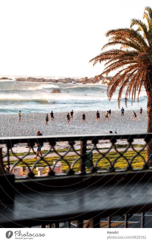 Menschen spielen bei Sonnenuntergang am Strand Fußball - Kapstadt Menschen, die bei Sonnenuntergang am Strand spielen Spielen Sport Ballsport auf während