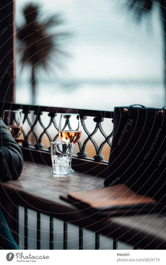Menschen, die bei Sonnenuntergang ein Glas Wein am Strand genießen genießend von der Strand Bar Weinglas Alkohol trinken Getränk Restaurant Party Cocktailbar