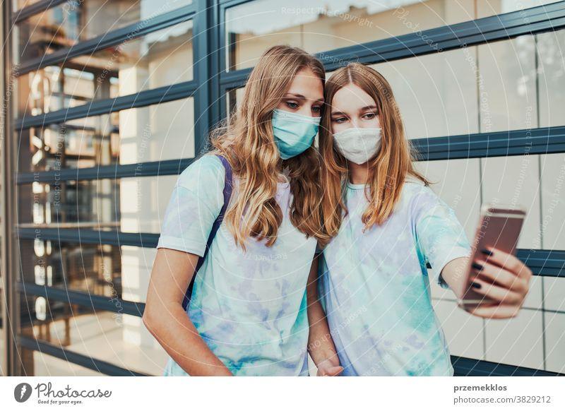Junge Mädchen, die Selbsthilfe nehmen, tragen Gesichtsmasken, um eine Virusinfektion zu vermeiden Kaukasier Funktelefon Gespräch covid-19 Frau Lifestyle