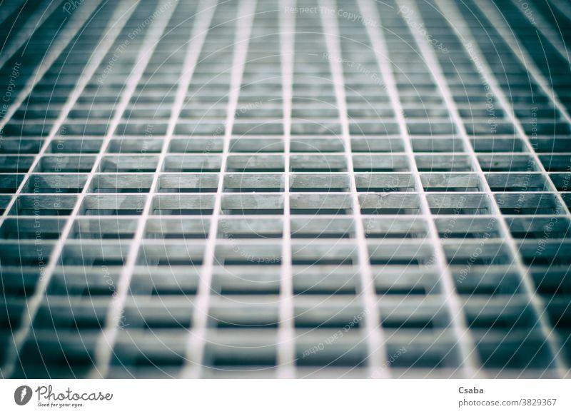 Nahaufnahme eines gealterten grauen Metallgitters Raster Gitter Muster Detailaufnahme metallisch Textur Stahl bügeln Struktur abstrakt Hintergrund geometrisch
