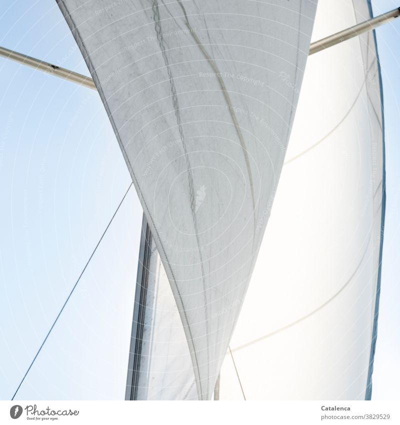 Aufgeblasen   der Wind die Segel der Yacht Vorsegel Großsegel Mast Saling Himmel Segelyacht Segelboot segeln Freiheit Abendteuer Fortbewegung