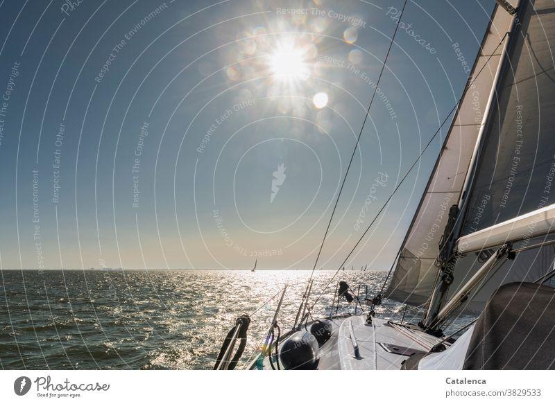 Die Sonne scheint und wir segeln schönes Wetter nass Nordesee Wasser Meer Segel Vordersegel Segelyacht Sonnenstrahlen Horizont Blau Weiß Segelboot