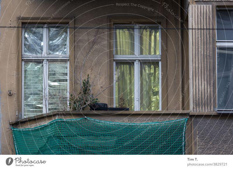 ein kaputter Balkon in Berlin Mitte Altbau Haus Fassade Fenster Stadt Menschenleer Stadtzentrum Hauptstadt Altstadt Außenaufnahme Tag Gebäude Altbauwohnung