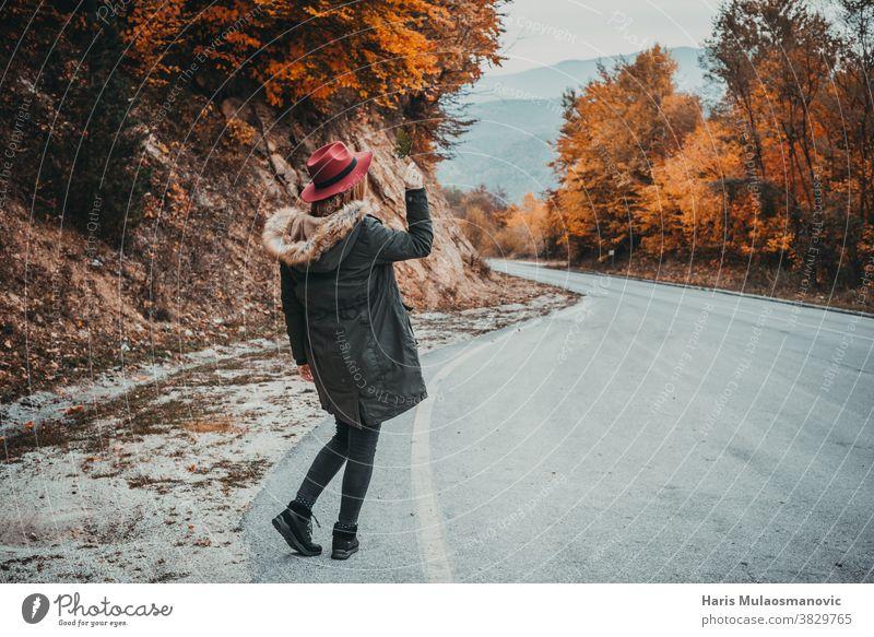 Frau mit Hut erkundet den Herbstwald Herbstfarben Herbstlaub Herbst-Vibes Hintergrund schön schöne Frau Kaukasier Feier Sauberkeit Kleidung Bekleidung genießen