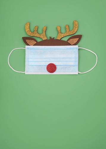 Fröhliche Weihnachten.weihnachten.hintergrund.weihnachten Rudolph Rentier mit chirurgischer Schutzmaske Weihnachtsmann Coronavirus rudolph Weihnachtshintergrund