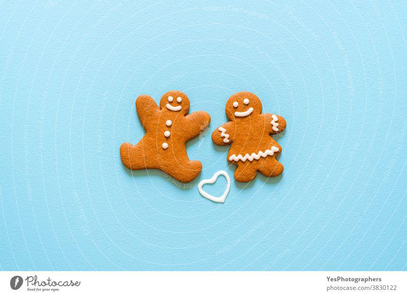 Lebkuchenkekse isoliert auf blauem Hintergrund. Hausgemachte Weihnachtsplätzchen - Draufsicht Frohe Weihnachten obere Ansicht backen gebacken Biskuit