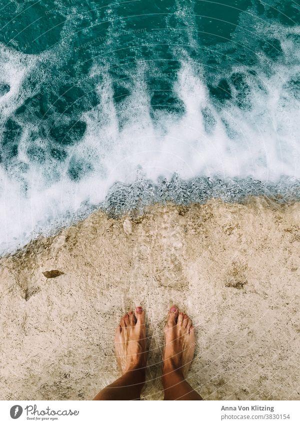 Nasse Füsse Wasser Wasserfall Sommer Sommerurlaub gebräunte Haut Ferien & Urlaub & Reisen Tourismus Außenaufnahme Farbfoto grün türkis fließendes wasser