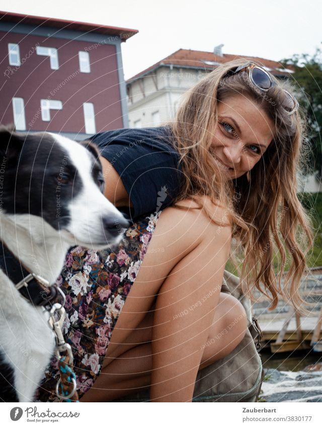 Schöne Frau kniet neben ihrem Hund und lächelt schön fröhlich lächeln strahlen Porträt feminin Erwachsene Brünett Haare knien Knie