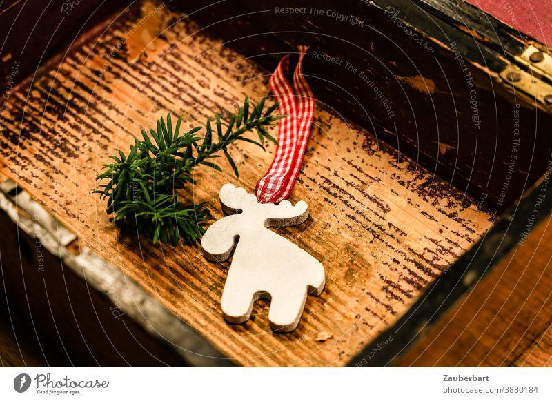 Christmas in a box - Elch und Tannenzweig als Weihnachtsdekoration in kleiner Holzkiste Weihnachten Dekoration Kiste Dekoration & Verzierung