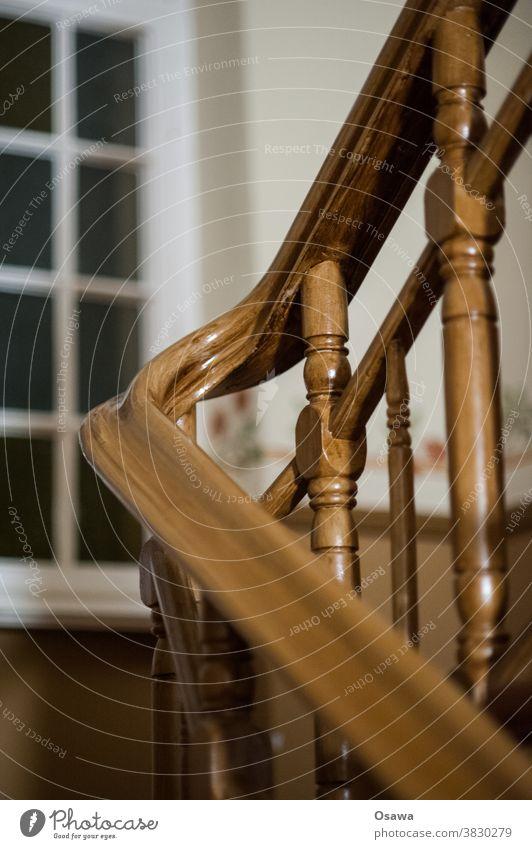 Treppenhaus Geländer Fenster Holz Handlauf Altbau Innenaufnahme Treppengeländer Menschenleer Haus aufwärts abwärts Wohnhaus Mehrfamilienhaus braun weiß