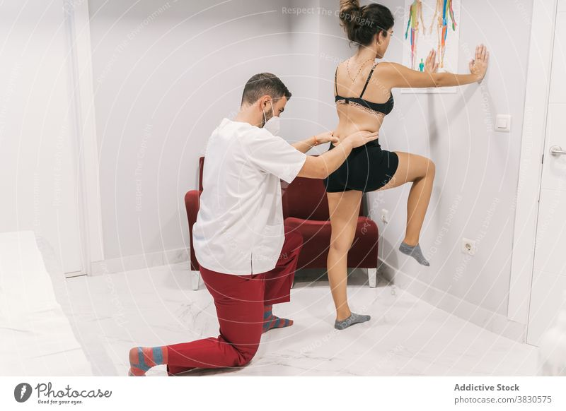 Physiotherapeutin hilft Frau bei Übungen während der Rehabilitation Physiotherapie Therapie Therapeut Arzt geduldig abstützen Hilfsbereitschaft Klinik