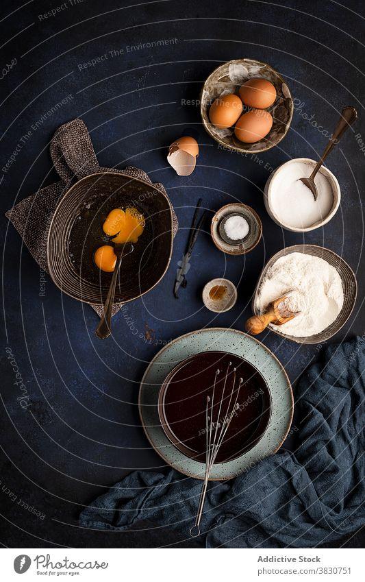 Schalen mit Zutaten bei der Brownie-Kuchen-Zubereitung Bestandteil vorbereiten Kulisse Prozess Rezept Koch verschiedene Utensil Schalen & Schüsseln Lebensmittel