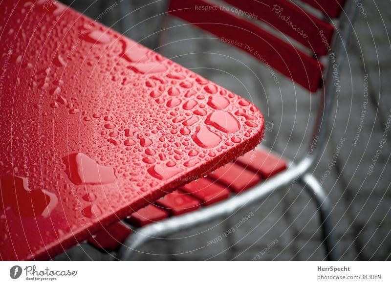 Nach dem Regen Stadt rot kalt grau nass Tisch Wassertropfen Stuhl Café Restaurant Tischplatte Straßencafé Wasserlache