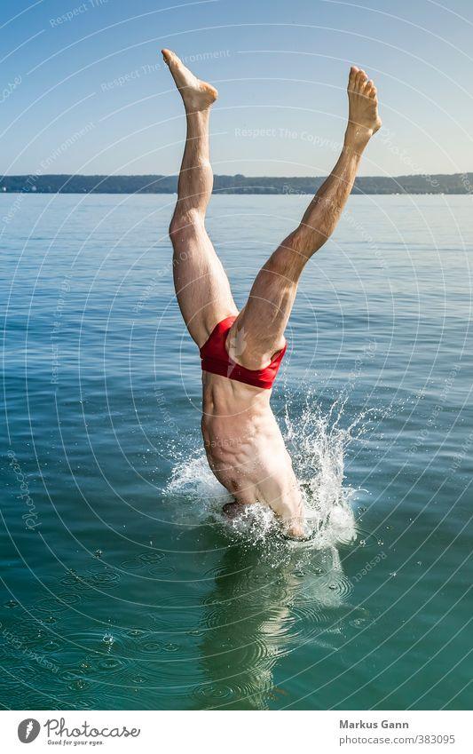 Sprung ins Wasser Mensch Mann Sommer Erholung rot Freude Umwelt Erwachsene Leben Küste Sport Schwimmen & Baden See Beine springen