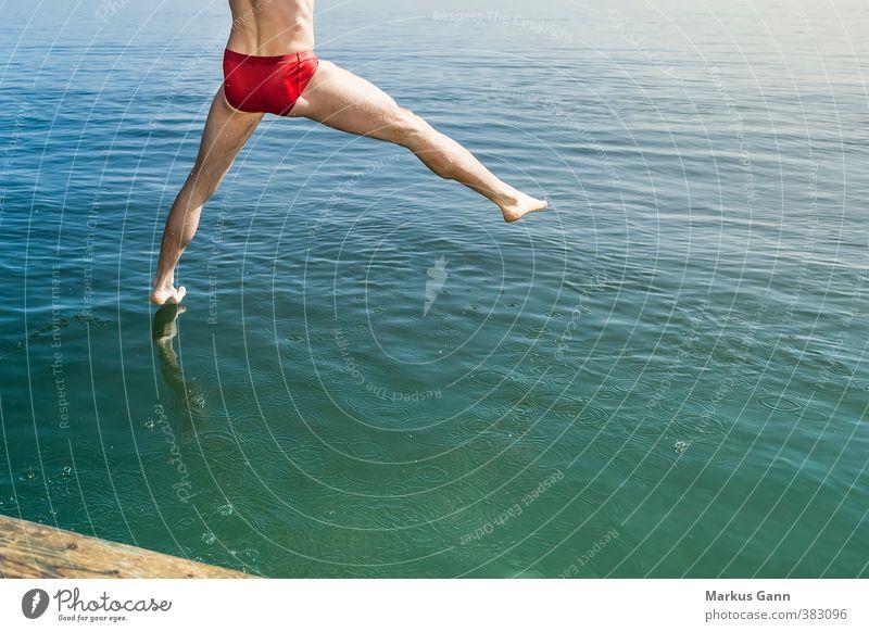 Sprung ins Wasser Mensch Mann Sommer Erholung rot Erwachsene Leben Bewegung Küste Sport Schwimmen & Baden See Beine springen Fuß