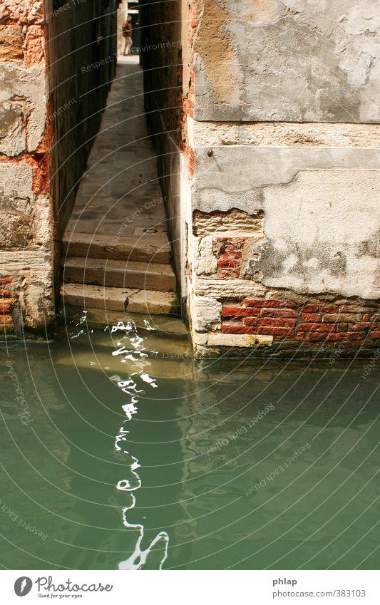 Folge dem Licht Stadt Wasser Haus Wand Architektur Wege & Pfade Mauer Gebäude Fassade Wellen Treppe Insel Schönes Wetter Europa ästhetisch Vergänglichkeit