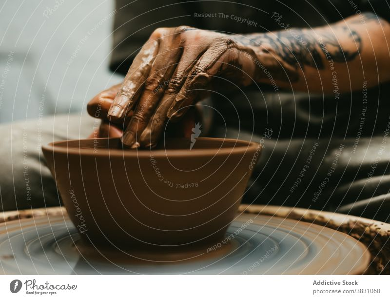 Crop Keramiker machen Topf auf Ton Rad Töpferwaren Werkstatt Kunsthandwerker kreieren Herstellerin handgefertigt Fähigkeit Arbeit Hobby Beruf Kunstgewerbler