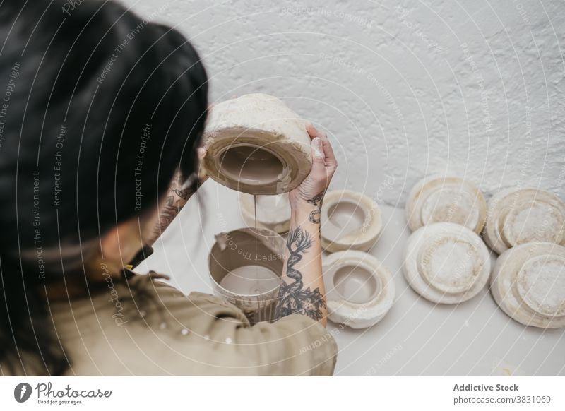 Crop Keramiker machen Ton Topf in der Werkstatt Töpferwaren eingießen Kunstgewerbler Handwerk Handwerkskunst Atelier Material handgefertigt Fähigkeit kreativ