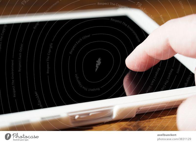 Finger tippt auf Touchscreen eines Tablet-PC oder Computer Tablet Computer tablet pc Tablet-Computer tablet-pc berühren Bildschirm Hand digital
