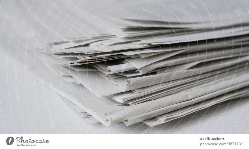 unordentlicher Stapel von Zeitungen Nachrichten Presse Medien Altpapier Zeitungsstapel Haufen Papier Recycling Information Journalismus lesen Nahaufnahme