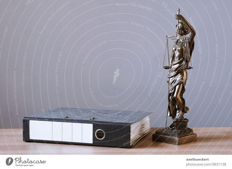 Justitia Statue und Aktenordner auf Schreibtisch Recht Tisch Justiz u. Gerichte Jurisprudenz Gerichtsbarkeit Papierkram Büro Beruf lernen Studien Bildung Anwalt