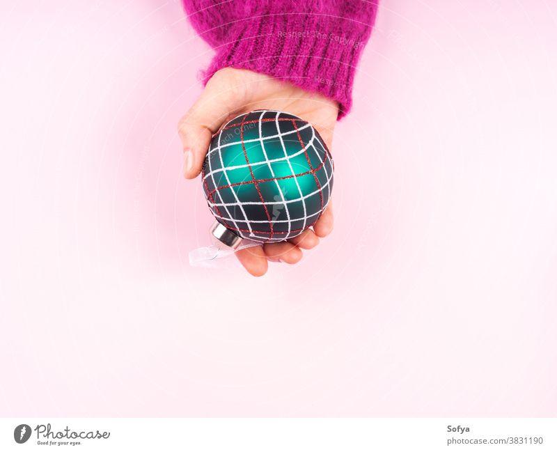 Frauenhand hält Weihnachtskugel Weihnachten Ornament Hand schön Dekoration & Verzierung Feiertag Jahr Kugel Dezember Kaukasier neu Mädchen Hintergrund Ball