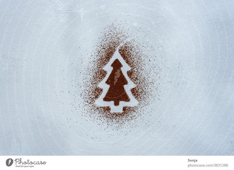 Ein Weihnachtsbaum aus Kakaopulver auf einem grauen Hintergrund. Draufsicht. kakaopulver zeichnen Kreativität Kreativkonzept Kunst Freizeit & Hobby