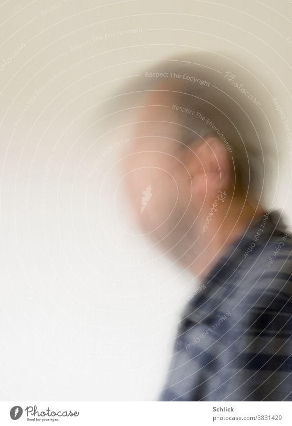 Ja ja jaaaaaaa Mann nickt heftig mit dem Kopf Bewegungsunschärfe durch Langzeitbelichtung Portrait Zustimmung Profil Hemd kariert Wischeffekt nicken Kopfnicken
