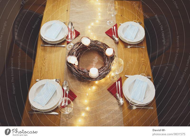 Corona und Weihnachten - Der Tisch ist festlich gedeckt und Mundschutz / Masken dürfen nicht fehlen Weihnachten & Advent Vorbereitungen pandemie Teller Besteck
