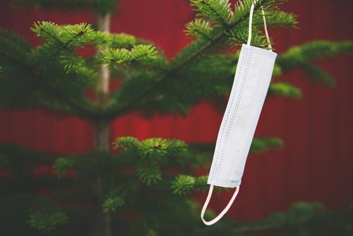 Mundschutz / Maske hängt an einem Tannenbaum Weihnachten & Advent Corona Dekoration & Verzierung Weihnachtsbaum hängen Weihnachtsdekoration pandemie festlich