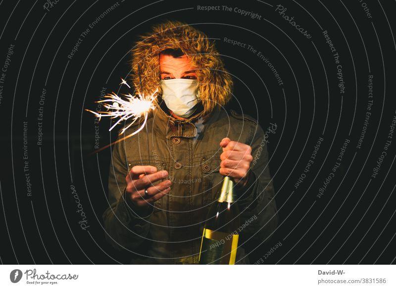 Corona und Silvester -  mit der Pandemie ins neue Jahr Silvester u. Neujahr feiern Atemschutzmaske Alkohol pandemie Einschränkung Mundschutz Coronavirus