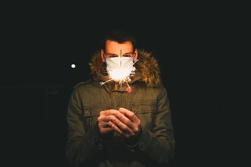 frohes neues Jahr zur Zeiten von Corona Silvester u. Neujahr Feste & Feiern Atemschutzmaske Alkohol pandemie Einschränkung Mundschutz Coronavirus Feuerwerk Mann
