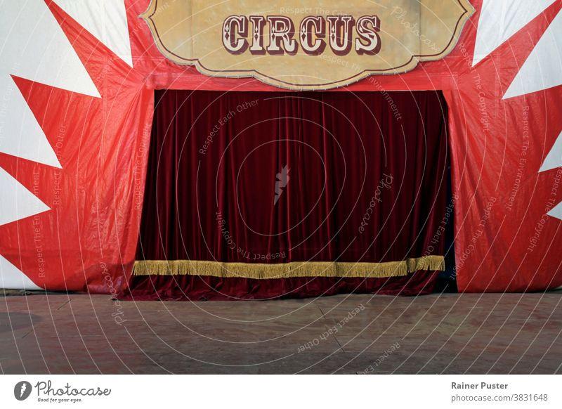 Geschlossene Bühnenvorhänge eines Zirkus vor der Vorstellung Vorfreude Hintergrund Zirkus-Hintergrund Zirkuszelt Gardine Vorhänge leer leere Bühne Entertainment