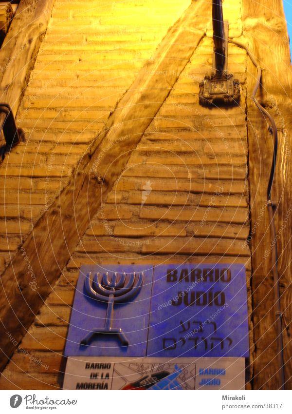 Judenviertel Schilder & Markierungen historisch Spanien Backstein Judentum Nachtaufnahme Fachwerkfassade Jüdisches Viertel hebräisch Menorah