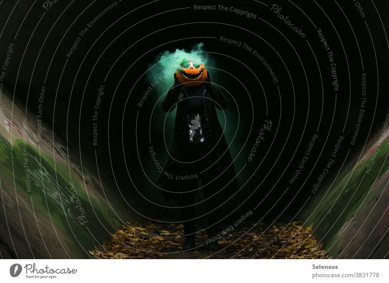Jackhead Halloween Kürbis Kürbiskopf gruselig Mensch dunkel Rauch Farbfoto Herbst Außenaufnahme Angst Kürbiszeit Tag bedrohlich Kreativität Grimasse geschnitzt