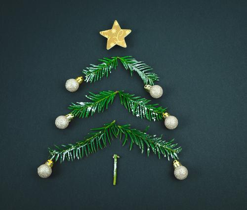Weihnachtsbaum mit Stern und Kugeln aus Kiefernzweigen auf schwarzem Hintergrund. Leerzeichen kopieren. Dekoration & Verzierung Weihnachten Ende des Jahres Baum