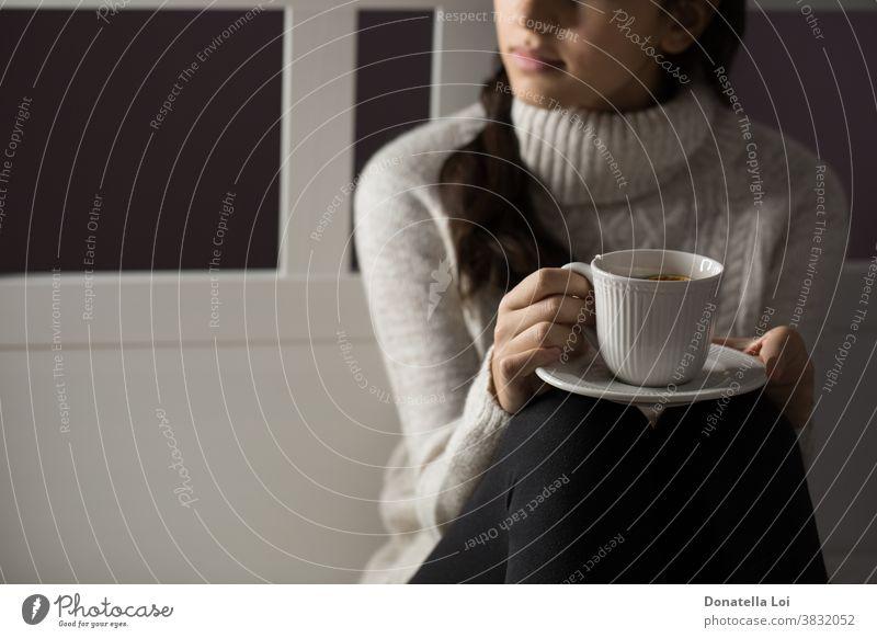Mädchen hält eine Tasse Tee Jugendlicher Schlafzimmer Getränk abschließen Konzept trinken Frau von oben Frucht Gesundheit Beteiligung heimwärts im Innenbereich