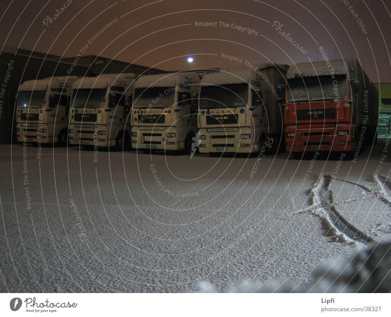 Schlafende Laster schlafen Langzeitbelichtung Nacht Spedition Verkehr Lastwagen Schnee