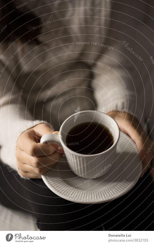 Mädchen hält eine Tasse Tee allein abschließen Konzept trinken Frau Hand Hände Gesundheit Gesundheitswesen Beteiligung heimwärts im Innenbereich Lifestyle