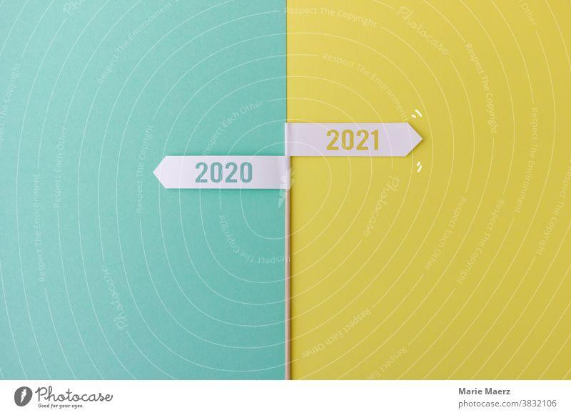 Schild zum Jahreswechsel 2020/2021 Schilder und Schriftzüge schild jahreswechsel Pfeil Zukunft vergangenheit Silvester Dezember Januar Änderungen Gesetze