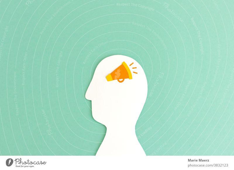 Durchsage im Kopf | Kopf-Silhouette aus Papier mit einem Megaphon laut Kommunizieren Lautsprecher Mensch schreien Stimme Hintergrund neutral Marketing