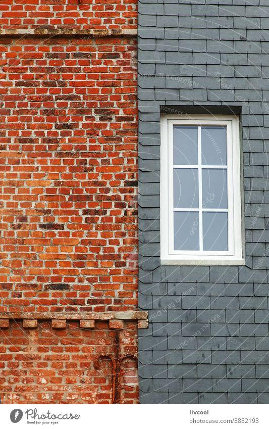 Fenster auf Ziegelfassade, etretat-normandie Porte daval ein Fenster Baustein Fassade weißes Fenster offen Fensterläden Außenseite Gebäude Étretat Normandie