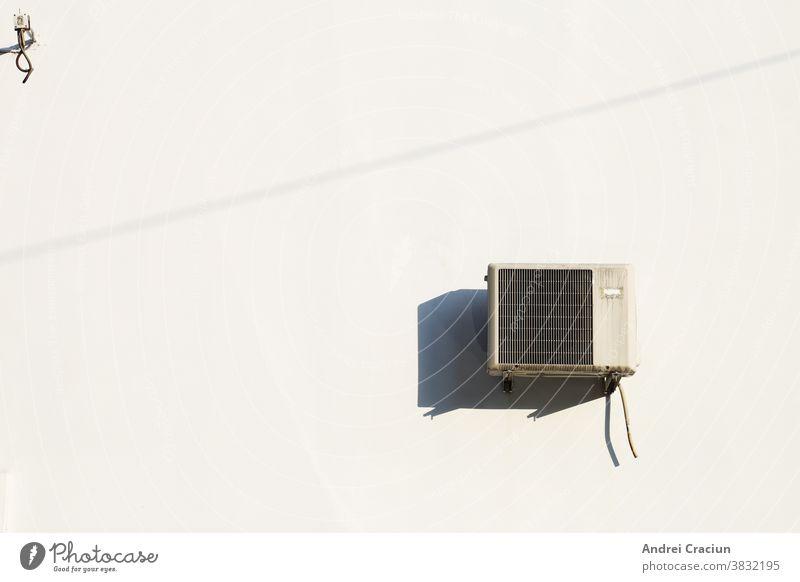 Alte Klimaanlage an einer weißen Wand installiert, mit hartem Mittags-Sonnenlicht ac Air Vorrichtung Hintergrund Wandel & Veränderung Komfort Voraussetzung