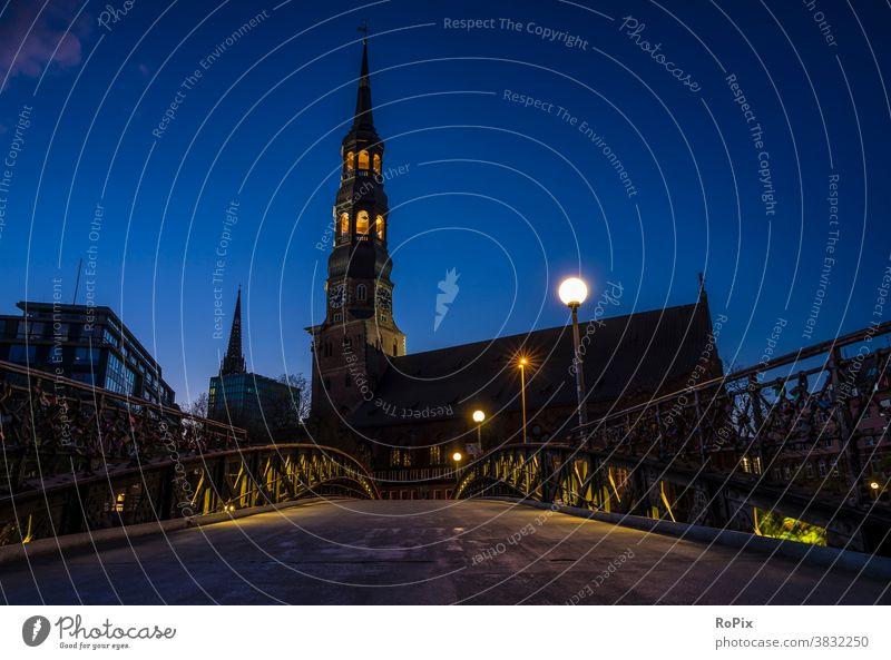 Sankt Katharinen in Hamburg bei Nacht. Speicherstadt Hafen Lagerhaus storehouse Kanal urban Elbe Brücke Gebäude Architektur Fluss Licht Ebbe Fleetschlösschen