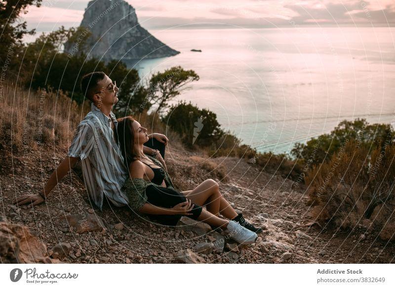 Sorgloses Paar ruht auf einem Hügel in der Nähe des Meeres Stil Sonnenuntergang MEER sich[Akk] entspannen genießen sorgenfrei Liebe kuscheln Ufer Partnerschaft