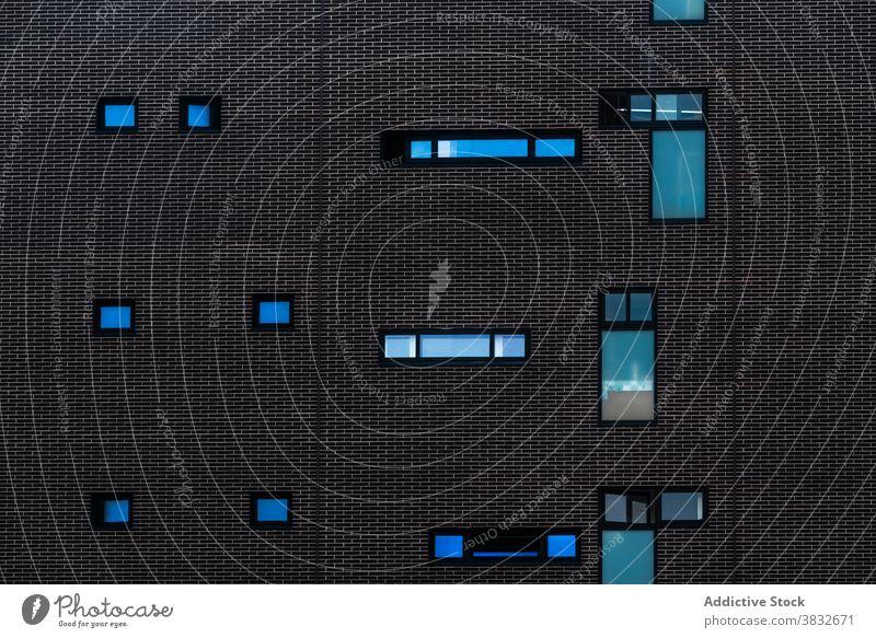 Gebäude mit kreativen Fenstern in der Stadt Architektur Hintergrund Wand Form Geometrie Konfektionsgröße modern abstrakt wohnbedingt dunkel Glas Außenseite