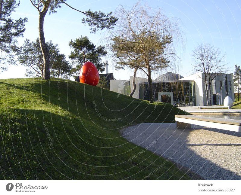 Rotes Ei im Grünen Park modern obskur Osterei